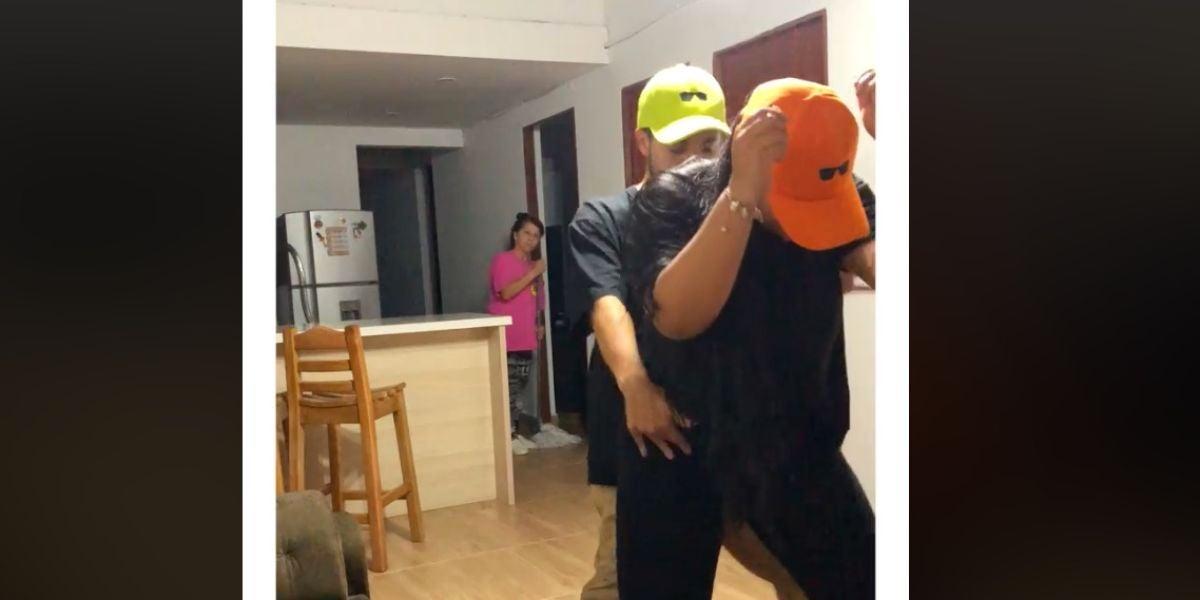 Una madre encuentra a su hijo perreando con su novia en casa y su reacción triunfa en las redes