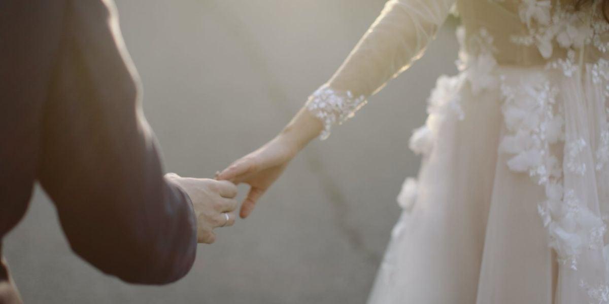 Dos novios cogidos de la mano