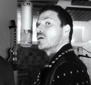 Juanes y Dani Martín en el videoclip de 'Los Huesos'