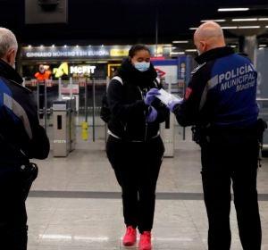 (13-04-20) La policía reparte mascarillas en estaciones de cercanías, metro y paradas de autobús