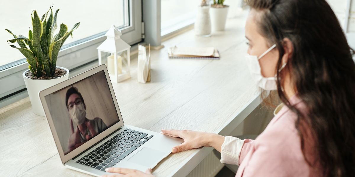 Una mujer haciendo una videollamada