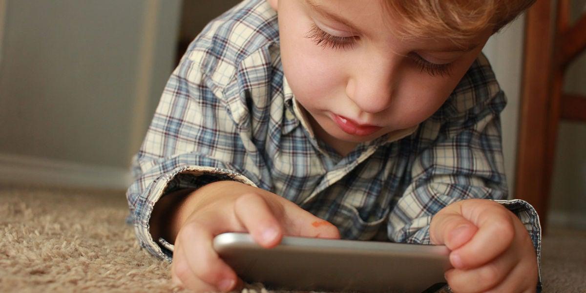 Un niño con un smartphone en las manos