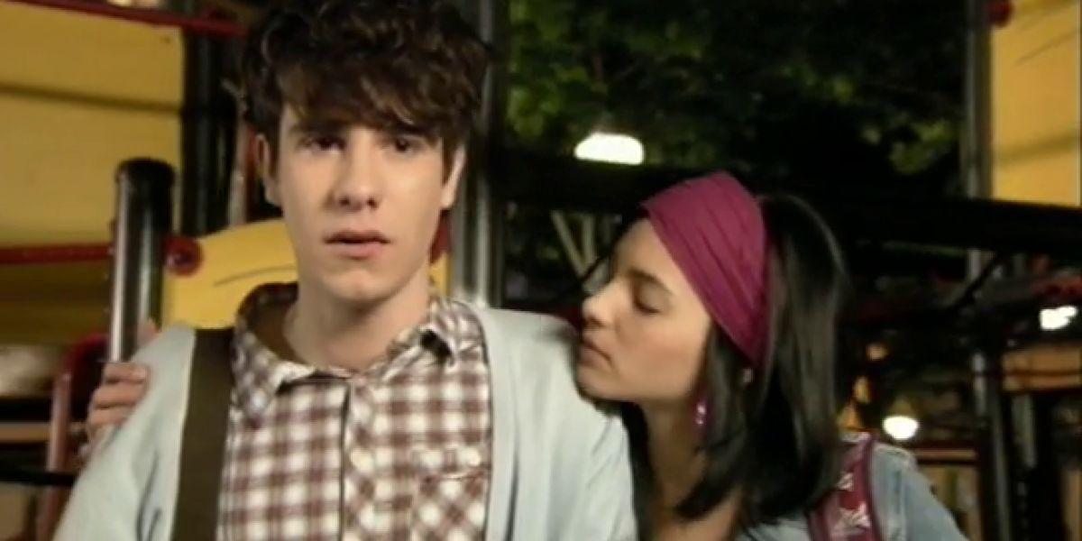 Javier Calvo y Andrea Duro como Fer y Yoli en la escena de 'Física o Química' cantando 'Cuando lloras'