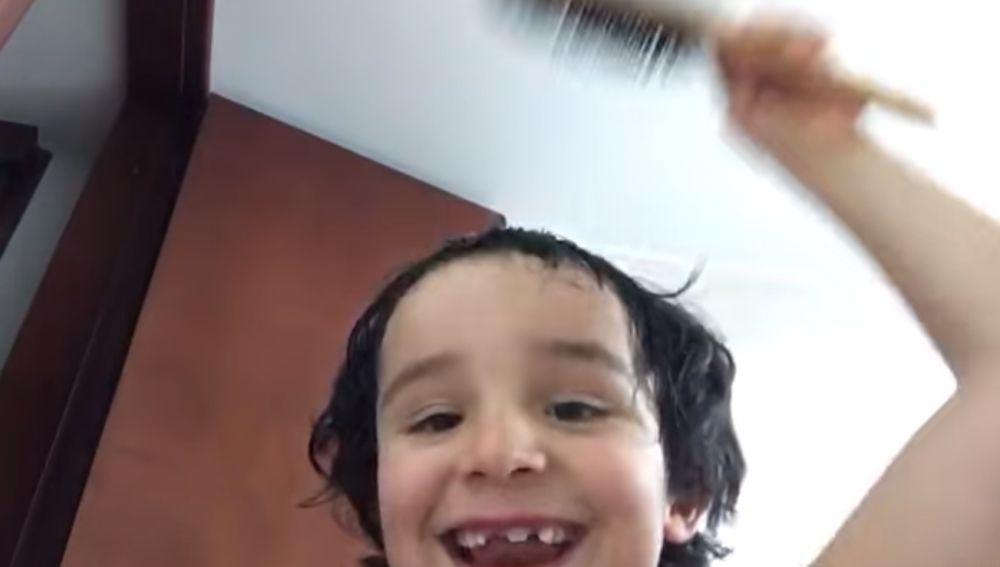 El vídeo viral de un niño enseñando a cortarse el pelo