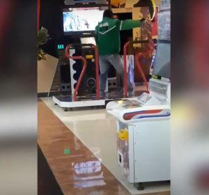 El sorprendente baile de un repartidor en una máquina de baile