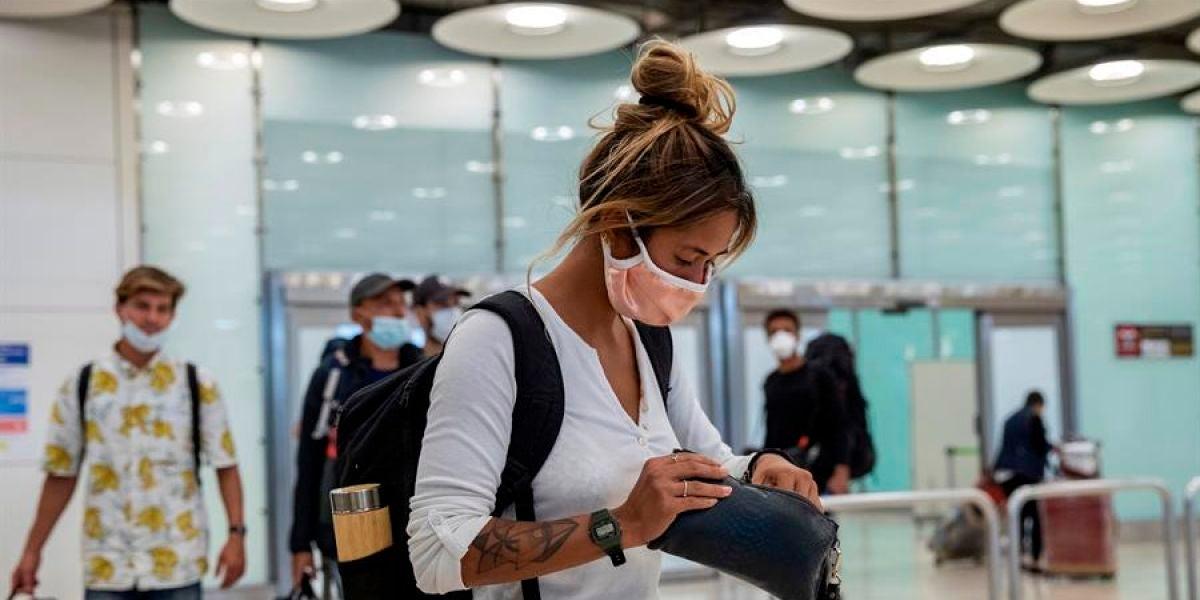 Pasajeros con mascarilla a su llegada al Aeropuerto de Barajas
