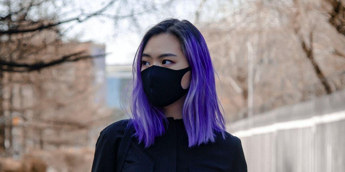 Una chica con mascarilla