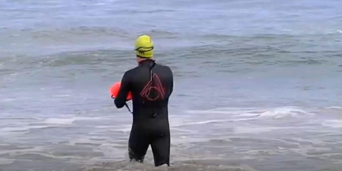 Un vecino de Gijón va nadando a su puesto de trabajo para respetar la distancia social