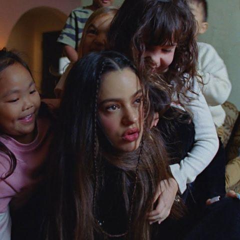 Rosalía en el vídeo de TKN