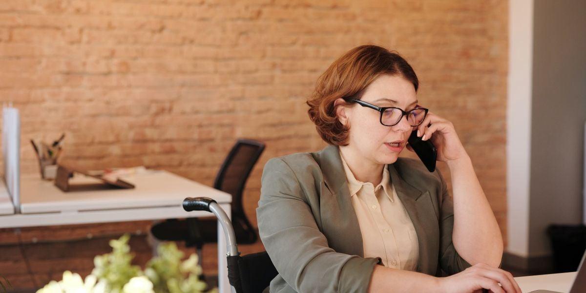 Una mujer hablando por teléfono en la oficina