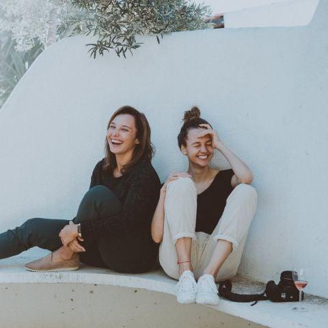 Dos amigas riendo