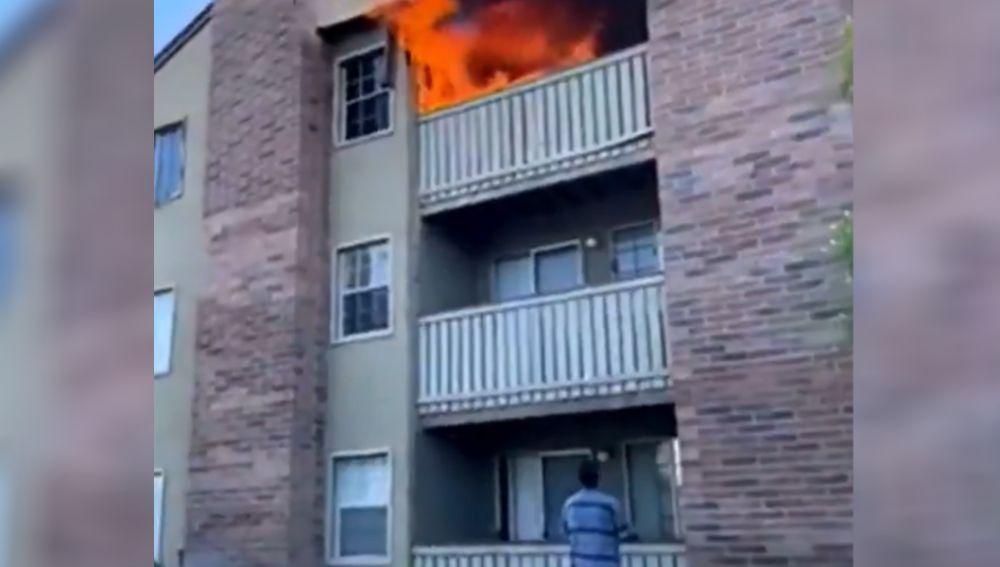 Imagen del incendio en el que el deportista salvó a un niño