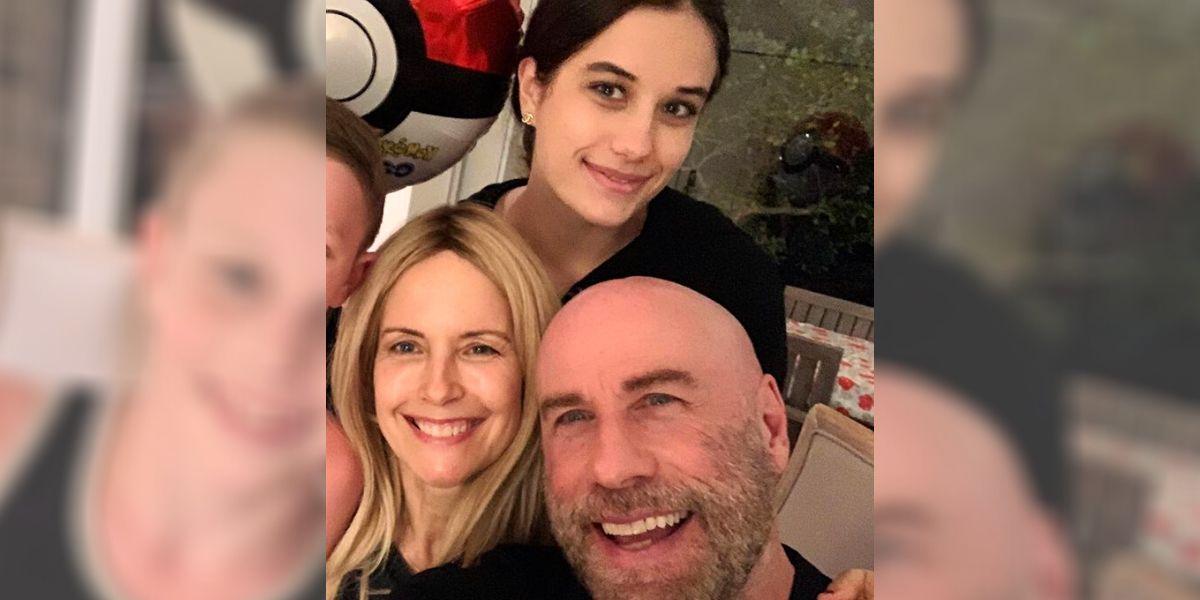 Ella Travolta junto a su madre y su padre