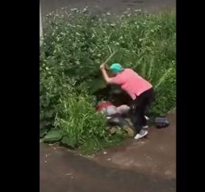 Una mujer golpea violentamente a una pareja que practica sexo en un arbusto