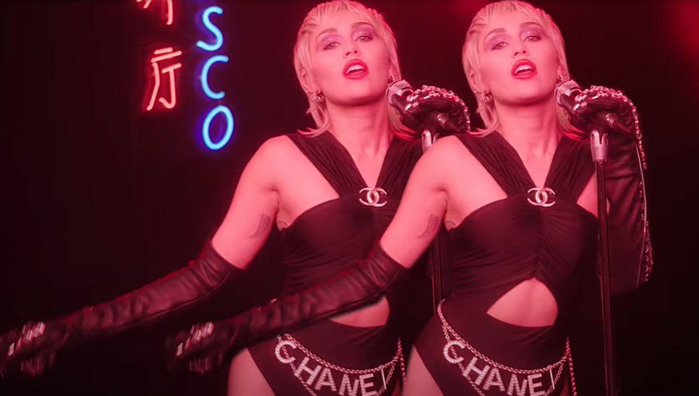 Miley Cyrus en el vídeo de 'Midnight Sky'