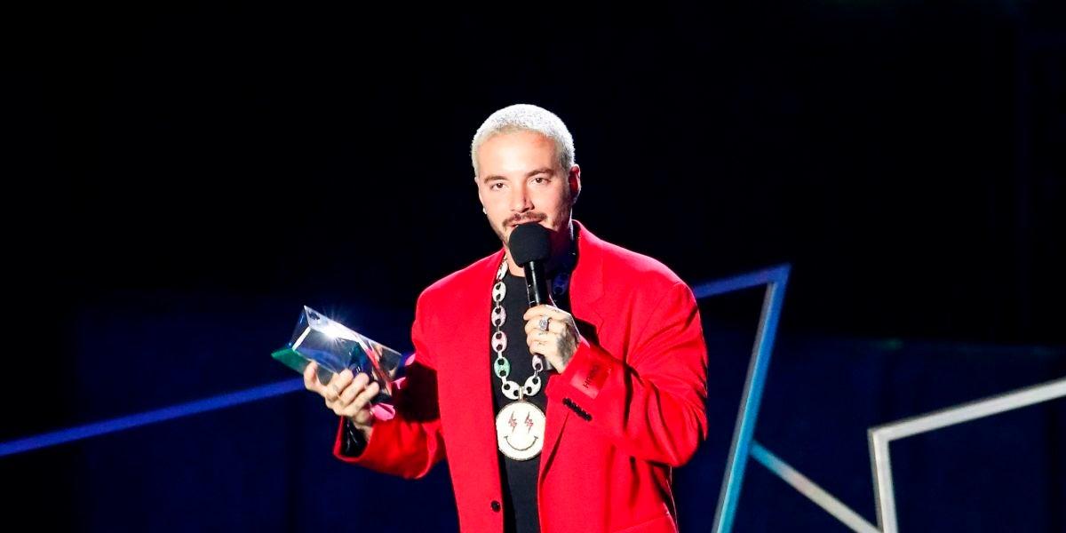 J Balvin recogiendo un premio
