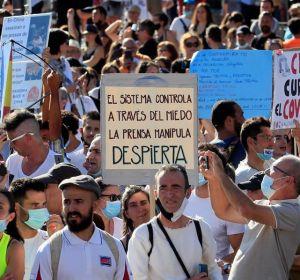 Vista de los asistentes a la manifestación antimascarilla de Colón