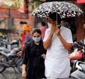 Un ciudadano indio lleva una mascarilla en la calle