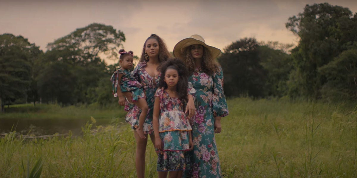 Beyoncé junto a sus hijas y su madre en el vídeo de 'Brown Skin Girl'