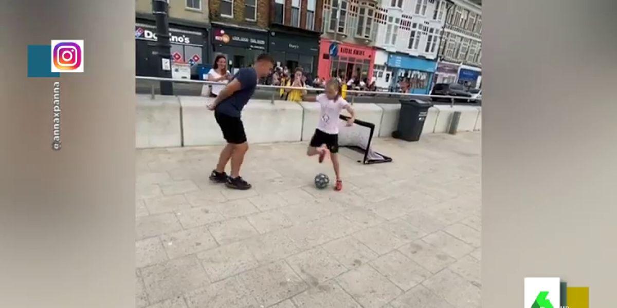 El vídeo del que todos hablan: una niña humilla al fútbol a un joven cuando intentaba chulearse