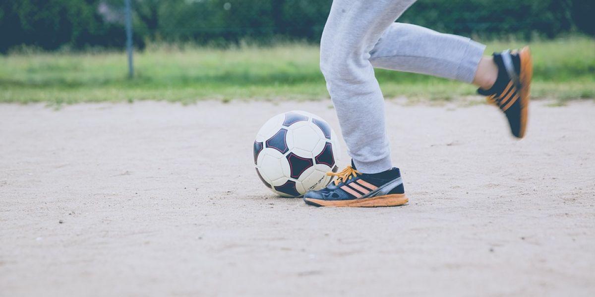 Un niño chutando un balón