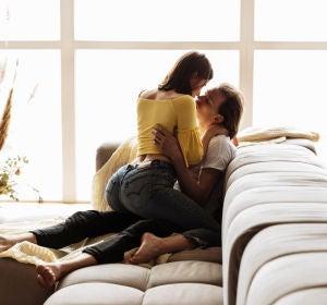 Pareja en el sofá