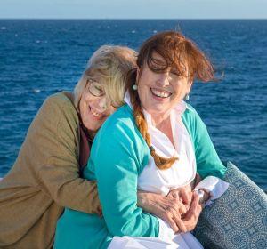 Rosa María Sardà y Verónica Forqué en la película 'Salir del ropero'