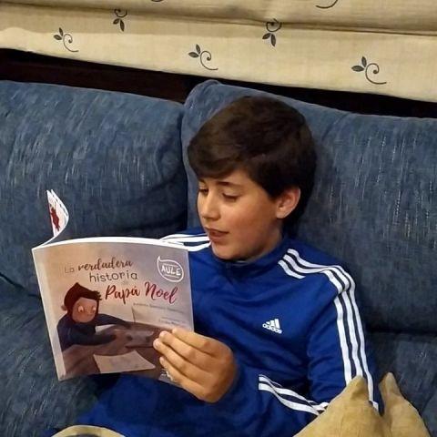 Andrés Benítez leyendo su libro 'La verdadera historia de Papá Noel'
