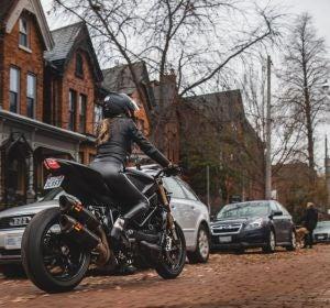 Una mujer en moto