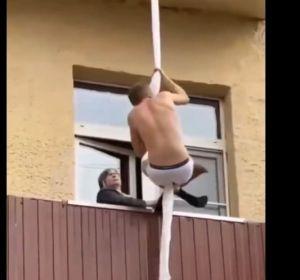 Un amante huyendo por el balcón