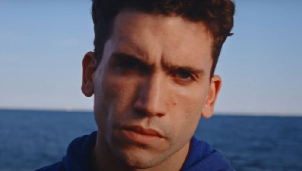 Jaime Lorente en el videoclip de 'Corazón'