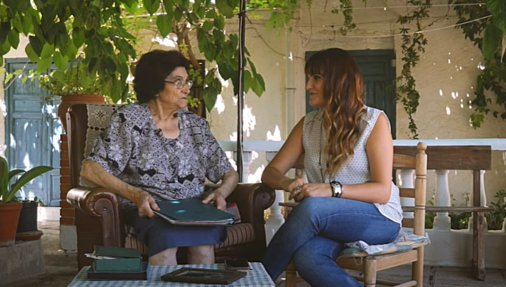 Rozalén y su abuela Ángeles en el documental 'Amor Prohibido'