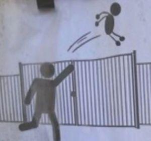 Uno de los carteles situados en la puerta del colegio Trillade, en Francia