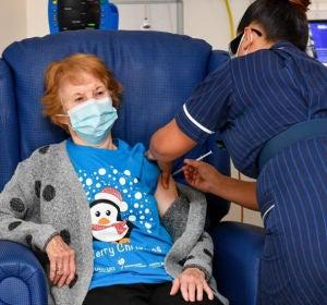 Margaret Keenan, de 90 años, la primera persona en recibir la vacuna contra el Covid-19.