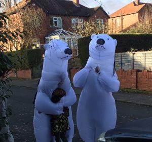 Dos abuelos británicos se disfrazan de osos polares para poder abrazar a sus nietos por Navidad