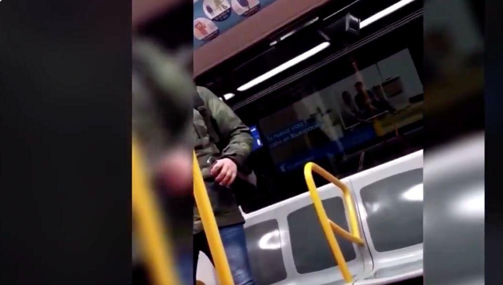 La Policía pide ayuda par identificar al responsable de esta agresión racista en el metro de Madrid