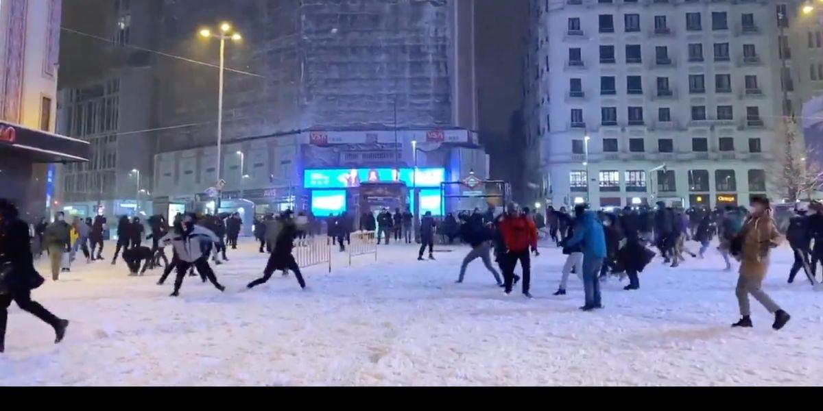 Batalla campal de bolas de nieve en Callao, Madrid