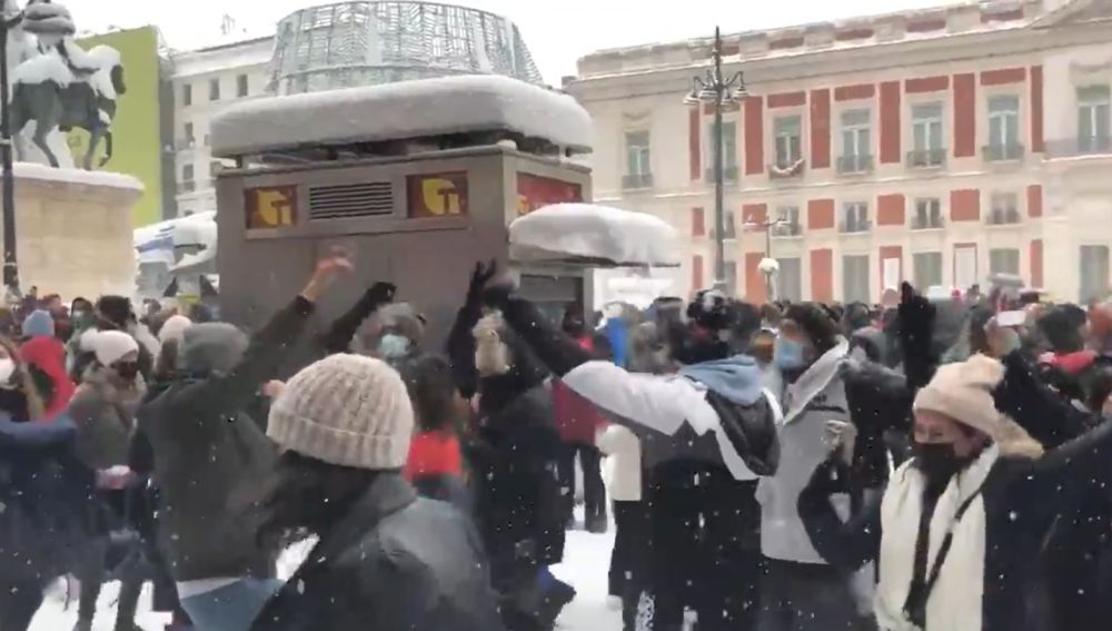 Decenas de personas improvisan una 'rave' en la Puerta del Sol a pesar de las recomendaciones de quedarse en casa