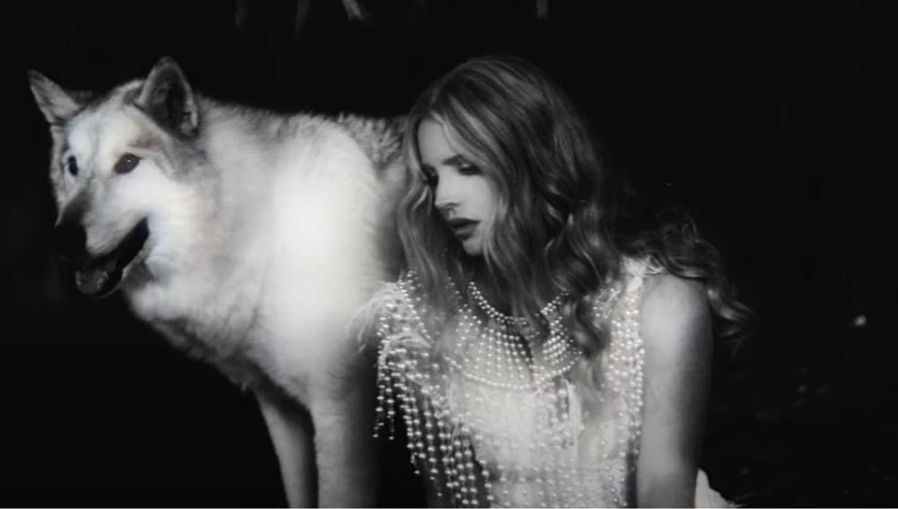 Lana del Rey en el vídeo de 'Chemtrails Over The Country Club'