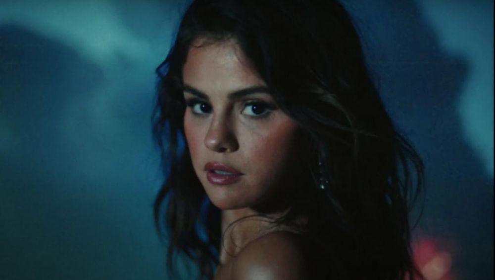 Selena Gomez en el videoclip de 'Baila Conmigo'