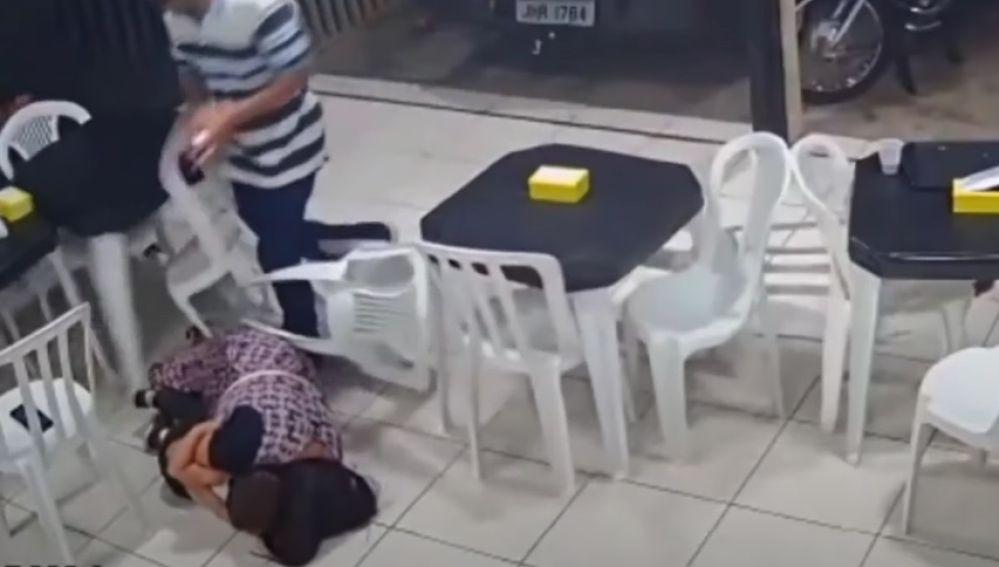 Una mujer protegiendo con su cuerpo a su hijo en un atraco en Brasil
