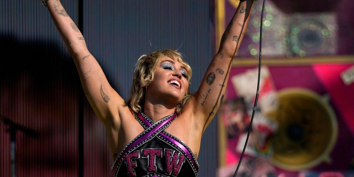Miley Cyrus en el pre show de la Super Bowl LV