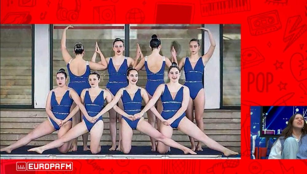 Eva B con su equipo de natación sincronizada.