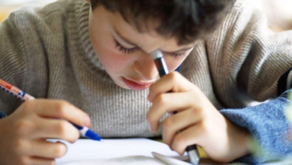 Un niño estudiando