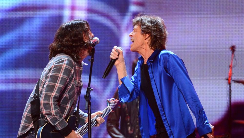Dave Grohl y Mick Jagger durante una actuación