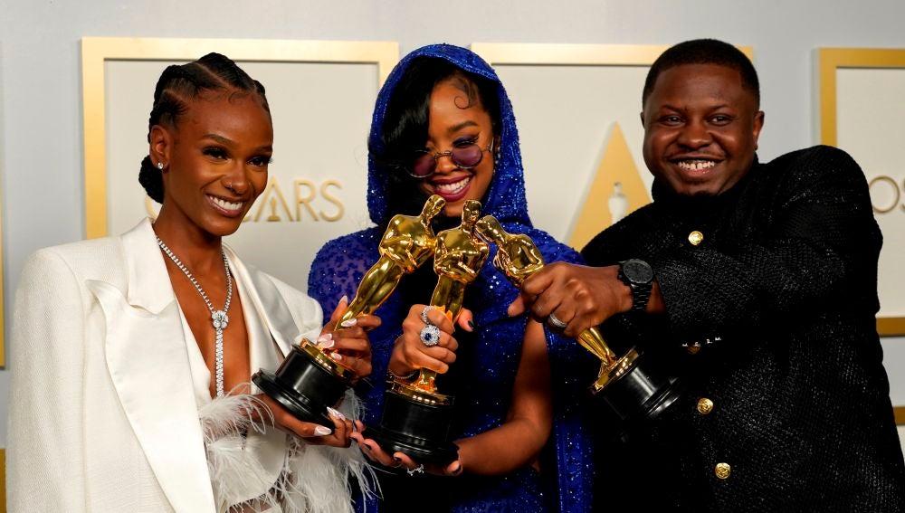 Tiana Thomas, H.E.R Y Dernst Emile II posando con el Oscar a Mejor Canción