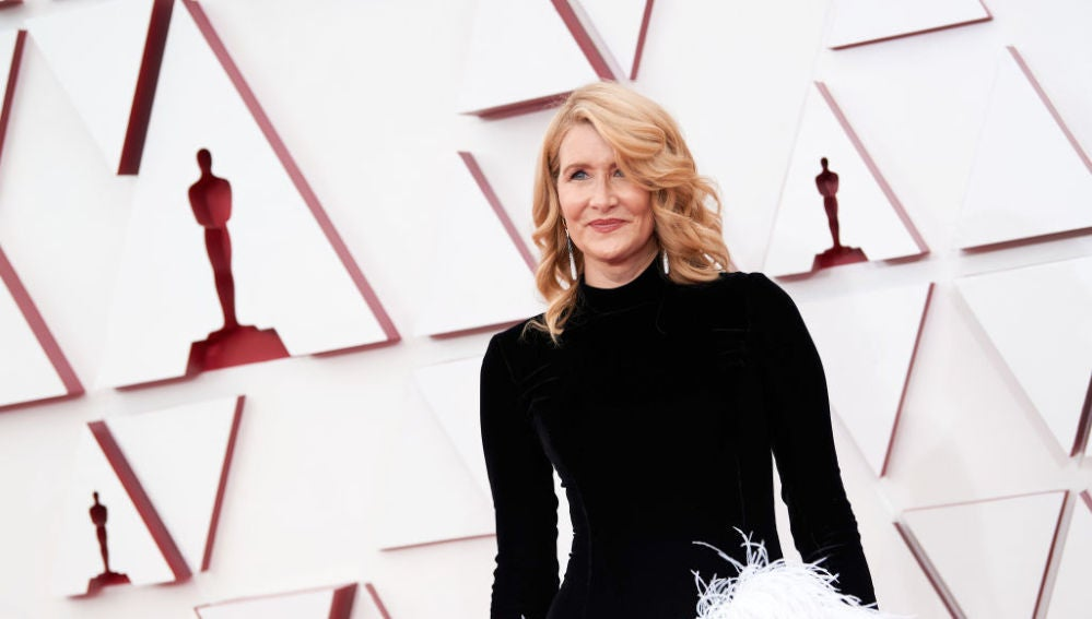 Laura Dern en la gala de la alfombra roja de los Premios Oscar 2021