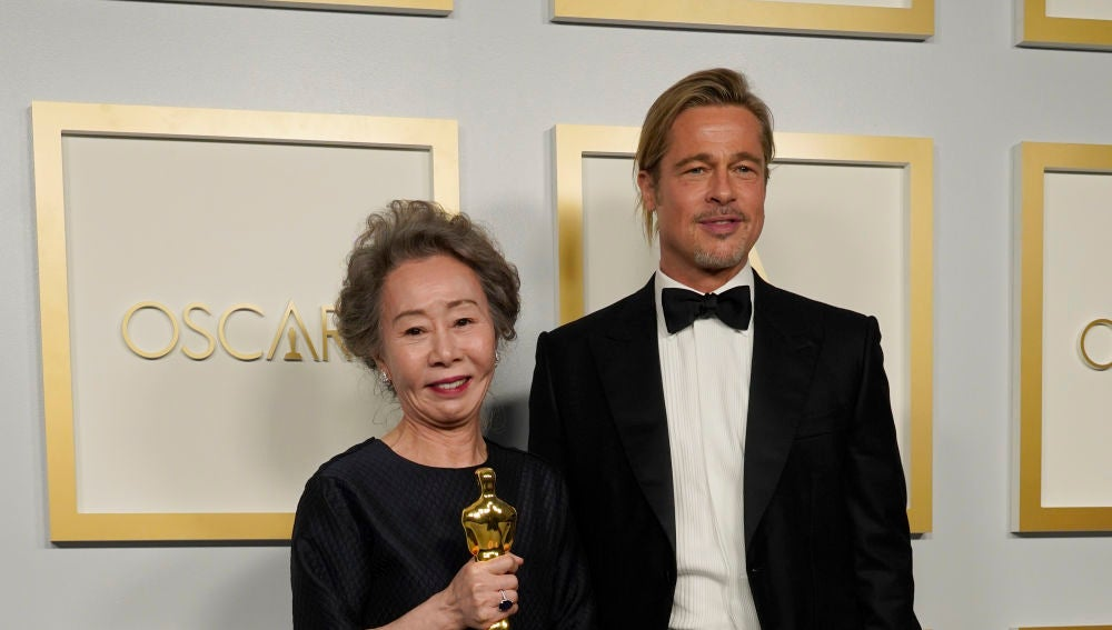 Brad Pitt y Youn Yuh-Jung, en la gala de los Oscar.