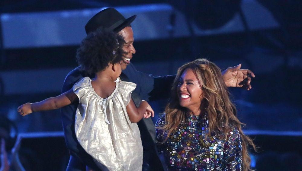 Cantantes y madres orgullosas: artistas que han subido a sus hijos al escenario