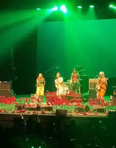 Historia de la música: el día que Dani Martín se puso un vestido blanco para cantar con Ginebras
